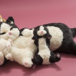 """Автор - Ю 葉. Название - """"Хаха-команэки-нэко"""". Счастливые котики с мамой. Специальный талисман для защиты семьи"""