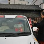 Супруг снимает на айфончик кота-сантаклауса, сидящего с мешком подарков на переднем пассажирском сидении