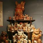 Вот это, например, котики Кутани-яки. Очень нарядные, как и сама керамика Кутани-яки. Котики в музее стоят стенами, буквально. Вдоль стен и посередь зала стоят стеллажи, где под стеклом на полках стоят, сидят, лежат сотни котиков. Глаза просто разбегаются и не знаешь, куда смотреть