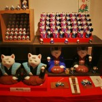 Из храмовой части. Это котики осакского храма Сумиёси-тайся, где манэки-нэко одни из самых известных в Японии. Вообще, храмов (и синто, и буддийских) с котиками-амулетами по всей Японии около сотни. Один даже обнаружился в Киото (вот новость!)