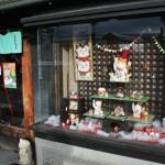 """При музее есть магазин. Кстати, всех выставочных котиков проекта """"Нэкомати"""" тоже можно купить (правда, кошмарно дорого). Вход в лавочку с котиками. Украсились к Рождеству"""