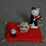 Улов младшей ребенки. Котика со скрипкой она выиграла в музейную угадайку (довольно простенькую, но требующую внимания). Крохотного котика слева - получила в подарок (этот котик размером с ноготь моего большого пальца руки). А сову - тоже манэки! - купила самостоятельно на свои деньги