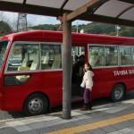 От станции до винодельни довольно далеко и владельцы заведения отвозят-привозят желающих напиться на своем микроавтобусе. Вот такой приметный тарантасик, не ошибешься. Расписание автобуса есть на сайте компании, главное - подгадать поезд