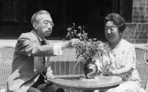 Император Хирохито вместе с женой императрицей Нагако занимаются аранжировкой цветов в своём саду. Токио, 1971 год