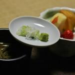 Соба с прилагающимися добавками (зеленый лук и васаби), на заднем плане десерт
