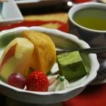 Десерт и зеленый чай. Фрукты (яблоко, хурма, виноградина, клубника), немного взбитых сливок. Зеленое - вараби-моти в обсыпке из зеленого чая с сахаром. Честно признаюсь: дополнительную тарель с сасими мы до конца не осилили. Не влезло