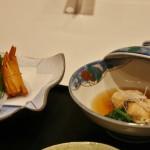 Слева - тэмпура. Справа - нечто рыбное с овощами, тушеное в соевом соусе