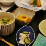 Закусочки. На переднем плане - маринованные овощи. Слева - опять яичный пудинг тяванмуси, справа видна жареная рыбка-бури, а в центре, желтенькое - гома-дофу (тофу из кунжута)