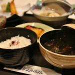 Рис с присыпочкой из красной периллы и прозрачный суп со всякой морской травой
