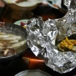 Слева видны сварившиеся овощи в набэ. А справа - запеченные в фольге морские гребешки и опять содержимое морского ежа