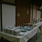 Отдельный стол с салатиками, десертами и напитками