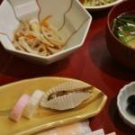 Вот, например. Красно-белые камабоко, сладкий омлет рулончиком, сушеные рыбки, черные сладкие бобы и суп-одзони с плюшками-моти