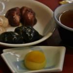"""Десерт. Спереди - """"конфетка"""" из японских каштанов-кури. А на заднем плане - плюшки из вязкого риса моти с разными """"соусами"""": из сладких бобов адзуки, из черного кунжута и из грецких орехов"""