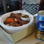 Содержимое: говяжьи языки (тоже специализация Тохоку) с рисом, немного овощей. И какое-то местное пиво