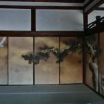 Внутри одной из комнат очень тематическая роспись по фусума. Расписывали фусума во дворце Готэн художники школы Кано