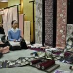 Сейчас с помощью татэнисики ткут преимущественно пояса-оби для кимоно (еще ткани для некоторых видов кимоно и для всяких ритуально-буддийских целей). Мальчик иллюстрировал свой рассказ показом уже сотканных поясов, но без подкладки. Чтобы можно было посмотреть изнаночную сторону