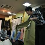 Тут он рассказывает и показывает, что ткань подкладки слегка эластична вдоль...