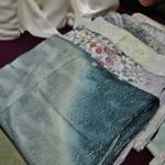 А это уже кимоно. Кимоно-полуфабрикаты, они слегка наметаны по основным швам, но не зафиксированы и, естественно, без подкладки. Предполагается, что подгонять и сшивать будут уже для конкретной носительницы в соответствии с ее размерами