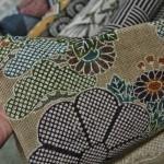 Это конопля. В смысле, ткань из конопли. Один из древнейших видов ткани, которую носили до появления шелка и хлопка. С набивным рисунком. Неформальные пояса из таких делают и разные аксессуары к кимоно, вроде сумочек