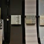 Ткани развешаны сразу в предлагаемой комбинации кимоно-оби