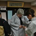 """Одевают в четыре руки. Как уже упоминалось, кимоно лишь прихвачено на """"живую нитку"""", потому его не столько надевают, сколько прикладывают и подвязывают чисто условно, лишь создать видимость"""