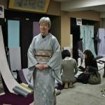 """На физиономию не смотрите, ошалелая она у меня. Смотрите на кимоно и его сочетание с поясом. Имейте в виду, что должно быть именно так. Особой сложностью было подобрать к поясу и кимоно остальные детали - обвязку оби-дзимэ и """"шарфик"""" оби-агэ. В обсуждении этого животрепещущего вопроса принял участие сам главный спец. Вот эти детали - его прямая рекомендация"""