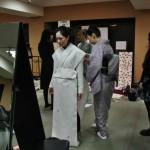Ткани, не сшитые даже в первом приближении, просто прикладывают на человека и скрепляют прищепками на спине. Спереди - почти кимоно, а сзади пока никого не интересует