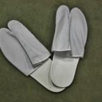 Напоследок. Это таби-тапки. Имитация таби, чтобы можно было надеть поверх своих носков-чулков-колготок независимо от размера ноги. Чисто на время примерки кимоно, чтобы оценить общий эффект. У них еще есть имитация нага-дзюбана (нижнего кимоно) - фактически один воротник, чтобы тоже приложить для общего комплекта