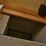 А это колодец. Бывший, потому что внизу под домом сейчас проходит линия подземки и все такие частные колодцы перекрыли. Хозяин дома хранит в этом пустом колодце свои вина