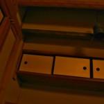 Вон тот колокол в столовой предназначен для созыва домочадцев к столу. Слева виден молоток на длинной ручке, которым и стучат в этот колокол