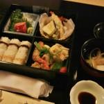 Обед, который нам подали. Традиционное обэнто в красивом оформлении и отдельно прозрачный суп