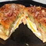 Это осака-яки 大阪焼き, как понятно из названия, плюшки из Осаки. Начинка - капуста, креветки, яйцо и маринованный имбирь. Политы соусом как для окономи-яки и посыпаны стружками кацуо (сушеный бонито)