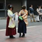 Конкретно этот ансамбль кимоно - традиционная, со времен Мэйдзи, одежда студенток. Кимоно (как правило, фурисодэ) и хакама. Сопровождается это обычно европейскими сапожками или высокими ботинками. Но часто носят и с дзори