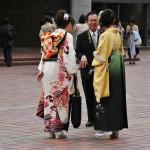 Но хакама не являются строго обязательным костюмом для празднования окончания университета. Парадное фурисодэ тоже вполне пойдет