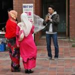 Малазийские студентки, тоже выпускницы. Вообще, малазийцев в институте у мужа довольно много, пожалуй, самая многочисленная диаспора. Остальная ЮВА тоже представлена. Очень много вьетнамцев, которые тоже на выпуск обычно надевают национальные костюмы (девушки преимущественно), но в этот раз они почему-то уехали все домой до самой церемонии. Потому на фото их нет