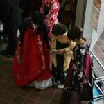 Девушки заинтересовались, что у кореянки под юбками. Она показывает, что еще юбки. Но с кружавчиками
