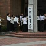 Институтский оркестр ждет приглашения в зал для исполнения гимна института
