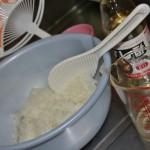 """А пока достаем рис, выкладываем сколько надо в отдельную посуду. И яростно мешаем, поливая смесью для суcи (можно купленной, можно самостоятельно приготовленной). Мне лениво обычно месить эту жидкость самой, потому покупаю готовую от """"Мидзукан"""""""