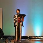 Девушка-ведущая объявляет о начале модного кимоно-дефиле и благодарит спонсоров