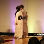 К слову: дяденька слева, сидящий на самом козырном месте, - мэр города Киото Кадогава Дайсаку. В кимоно он ходит везде, даже на работу и на официальные встречи. Пропагандирует личным примером