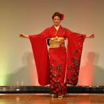 Фурисодэ, кимоно с длинными развевающимися рукавами для незамужней девушки. В целом, очень традиционно и парадно