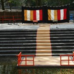 """Подготовленный для церемонии помост над прудом и """"сцена"""" для главных персонажей"""