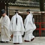 Девушки и священник целиком в белом, чтобы злые духи боялись. А у девушек еще и повязки на голове из рисовой соломы, тоже нечисть отпугивать