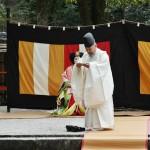 И священник идет начинать церемонию собственно нагаси-бина, т.е. сплавление кукол по воде