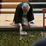 Следующим куклу сплавлял кто-то из представителей от города Киото