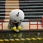 Медленно и аккуратно опустила в воду. Другой маскот Киото, Маюмару, конечно, более обаятельный. Но он с этим явно не справился бы