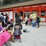 А при выходе почтенную публику развлекал еще один персонаж, в самурайской шляпке