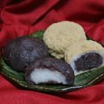 Белое - моти, вязкий рис. Темно-бордовое - анко, паста из сладких бобов адзуки. Бежевое - кинако, молотые жареные соевые бобы