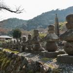 Очень старые надгробия. В храме Адасино Нэмбуцу-дзи собрано около восьми тысяч камней, когда-то отмечавших места упокоения людей, живших в этих местах
