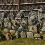 """В начале IX века монах Кукай (Кобо Дайси) поставил на горе тысячу каменных изваяний будды, для упокоения душ похороненных здесь людей. И основал храм Готидзан Нёрай-дзи, чтобы молиться обо всех ушедших душах. Какое-то время на горе продолжали хоронить людей тем же старинным способом, но на месте """"погребения"""" позже устанавливали памятные камни"""